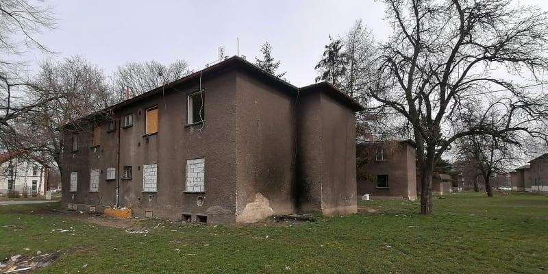 Poničené a částečně vybydlené domy v lokalitě Červený kříž v Ostravě. Horní patra jsou stále obydlena.