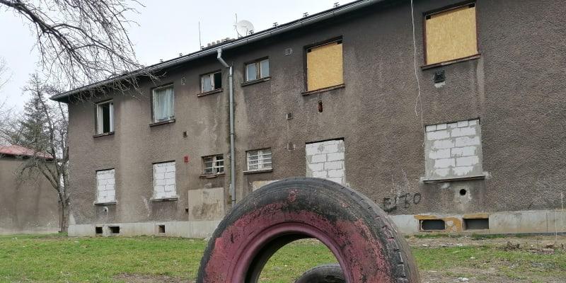Zdevastované a částečně už vybydlené domy v  lokalitě Červený kříž v Ostravě. Horní patra jsou ale stále obydlena.