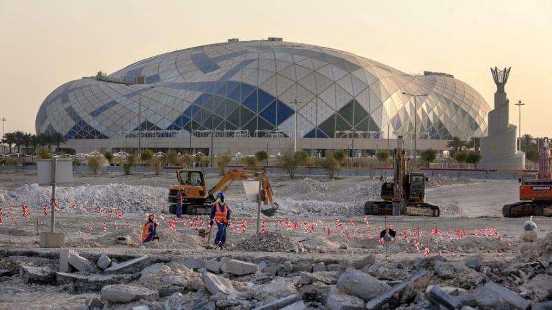 Přípravy šampionátu v Kataru stály už 6 500 životů. Hráči ale bojkot MS odmítají