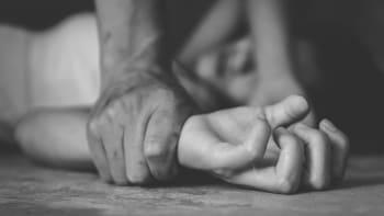 Těhotnou Řekyni dvakrát znásilnili migranti při cestě do opravny. Tři už zadržela policie