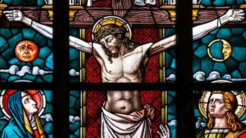 Je Velký pátek, křesťané si připomínají ukřižování Ježíše Krista. Do kostela omezeně