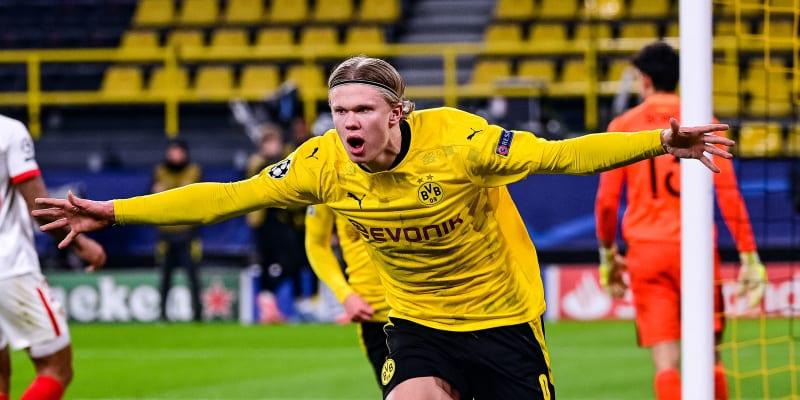 Erling Braut Haaland se raduje ze vstřeleného gólu.