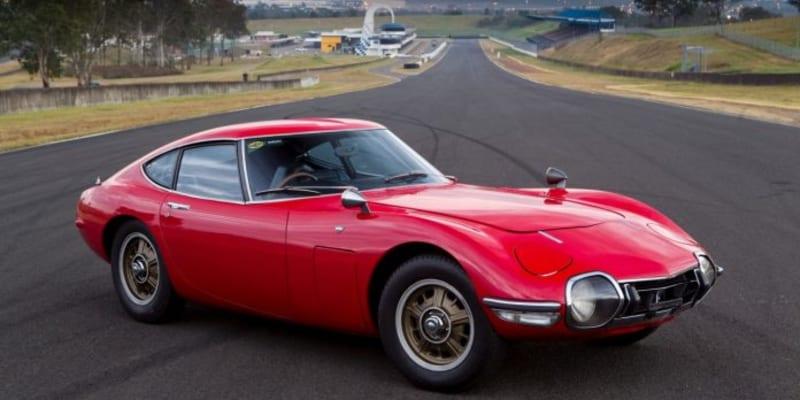 Kultovní Toyota 2000GT vznikla v pouhých 337 kusech. Pro vysokého Seana Conneryho alias Jamese Bonda ve filmu Žiješ jenom dvakrát vznikly dvě otevřené verze.