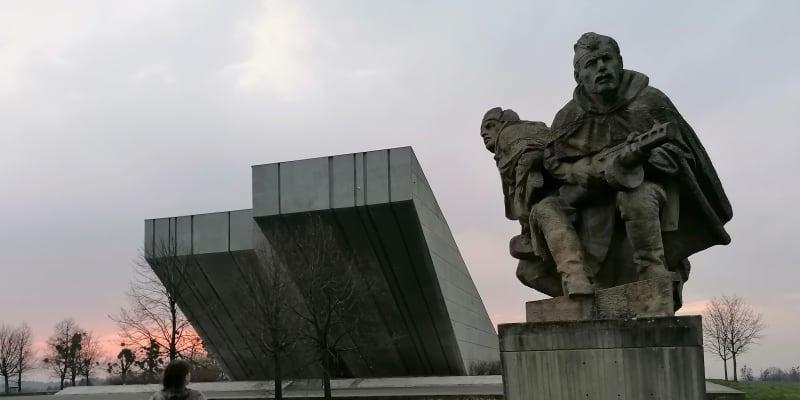 Národní památník II. světové války v Hrabyni. Postaven v roce 1980, po roce 1989  byl málem proměněn ve sklad brambor.
