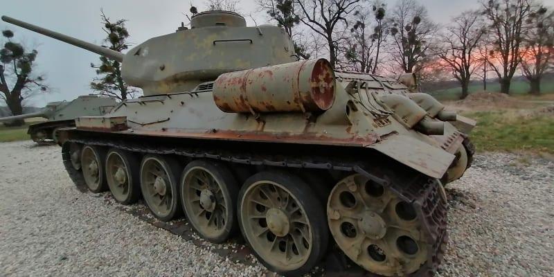 Sovětský  tank před Národním památníkem II. světové války v Hrabyni na Opavsku. V Ostravské operaci padlo na 23 tisíc rudoarmějců
