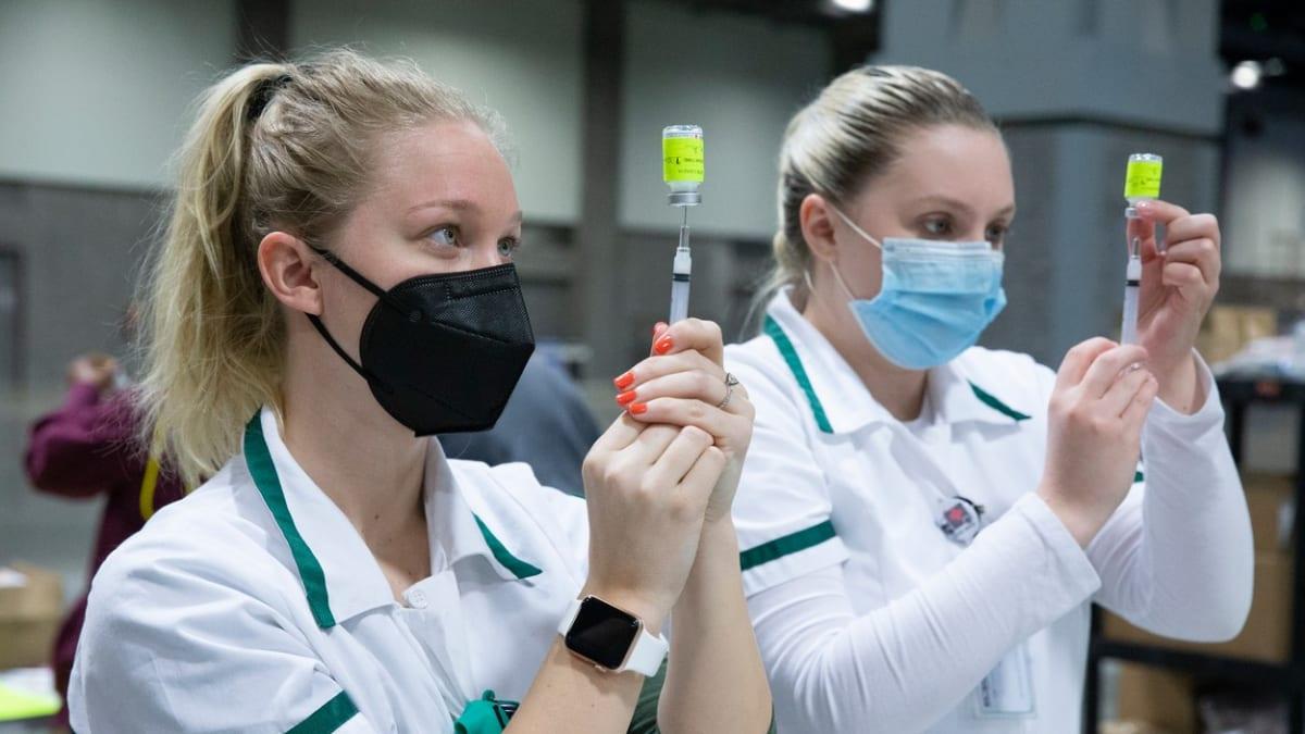 Očkování drhne. Ke slibovaným 100 tisícům dávek denně se ani zdaleka neblížíme