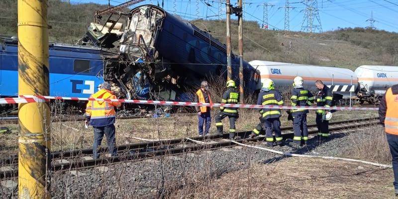 Provoz na trati mezi stanicemi Bílina a Úpořiny, kde došlo ke srážce dvou nákladních vlaků, stojí.