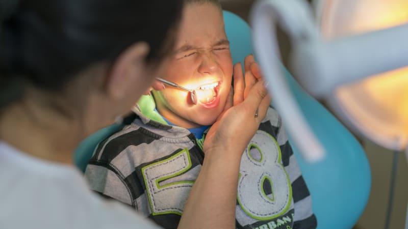 Chlapec se dostal do Guinnessovy knihy rekordů. Vytrhli mu nejdelší zub na světě