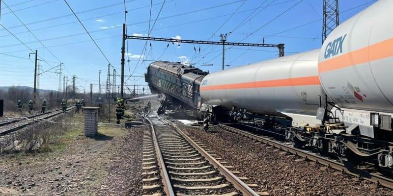 Ve středu by od sebe měli železničáři plně odtrhnout lokomotivy dvou nákladních vlaků, které se srazily v neděli odpoledne u obce Světec na Teplicku.