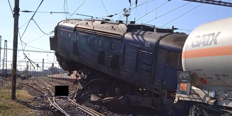 Lokomotivy se zatím podařilo od sebe odtrhnout zhruba na metr.