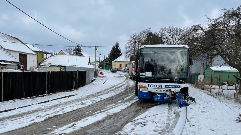 Dopravu na Vysočině komplikuje sníh. Policisté od rána vyráželi k 20 nehodám