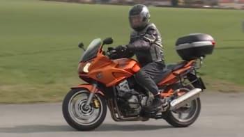 Špatný stav silnic komplikuje život českým motorkářům. Letos jich zemřelo už osm