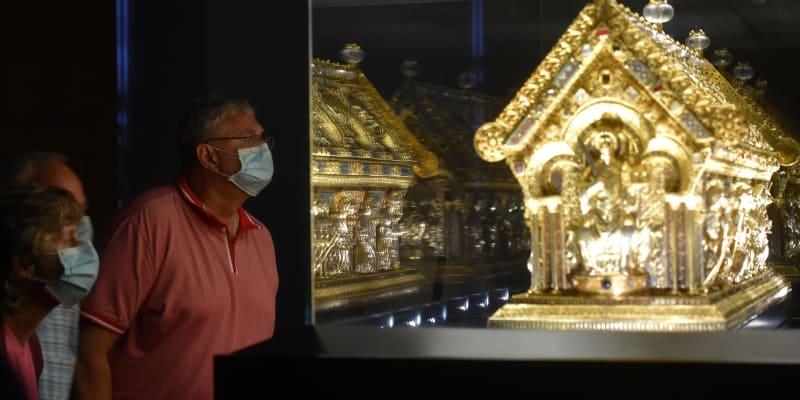 Na Bečově je vystavena druhá nejcennější památka po korunovačních klenotech, relikviář svatého Maura.