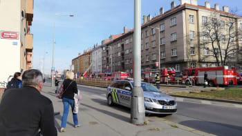 Při požáru pražského bytu utrpělo zranění 14 lidí, dva jsou ve vážném stavu