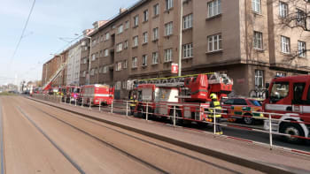 Při požáru pražského bytu utrpělo zranění 11 lidí. Na místo letí vrtulník