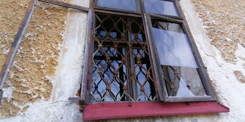 Okno kostela ve Starých Oldřůvkách, místní části Budišova nad Budišovkou.