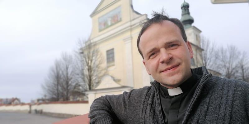 Farář Vojtěch Janšta z Bohuslavic. V obci s 1600 obyvateli chodí do kostela 450 lidí.
