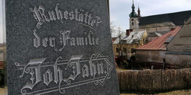 Na hřbitově v Budišově nad Budišovkou. Místní Němci se hlásili ke katolíkům, dosídlenci mnohem méně.
