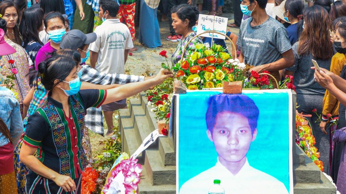 Zaplaťte, jinak nedostanete tělo. Myanmarská armáda kasíruje rodiny zabitých demonstrantů