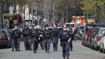 Střelba před nemocnicí v Paříži. Útočník zabil jednoho člověka, pak ujel na skútru