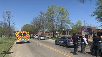 Střelba na střední škole v USA. Zemřel jeden člověk, policejní důstojník byl postřelen