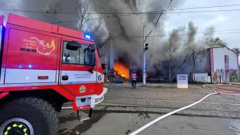 Pražští hasiči bojují s mohutným požárem. Na místě jsou chemici, lidé nemají větrat