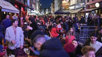 Obrovská párty v Londýně: Britové si ve velkém užívali otevřených hospod a zahrádek