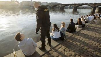 Počet lidí na ulici nebudeme omezovat, tvrdí policisté. Pandemický zákon k tomu nestačí