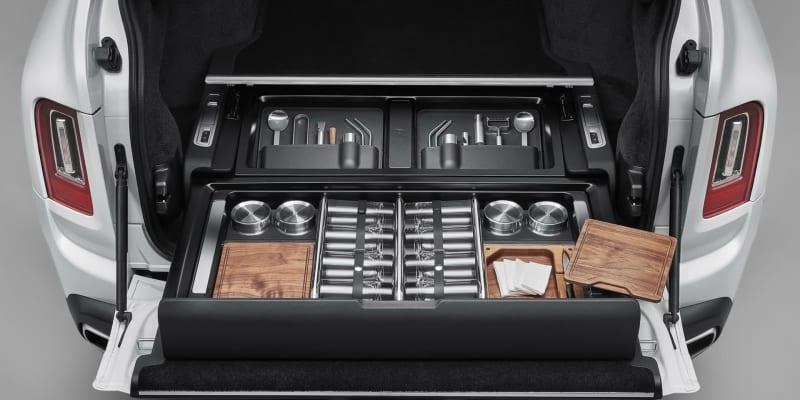 Rolls-Royce Cullinan – elektrický šuplík s barem a dalšími pořadači.