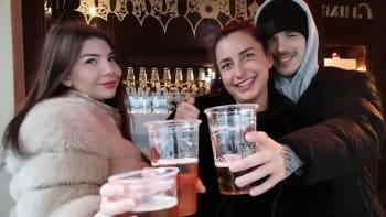 Pivaři už stojí u okýnek čtyři měsíce aneb Dějiny čepovaného v éře covidu