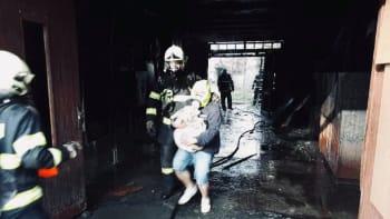 Evakuace obyvatel a několika domácích zvířat. Hasiči zasahují u požáru v Přerově
