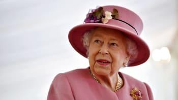 V bolestech a smutku. Alžběta II. se po smrti prince Philipa vrátila k povinnostem