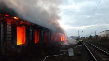 V Nymburku hořela budova bývalé výtopny. Kvůli požáru nejezdí vlaky