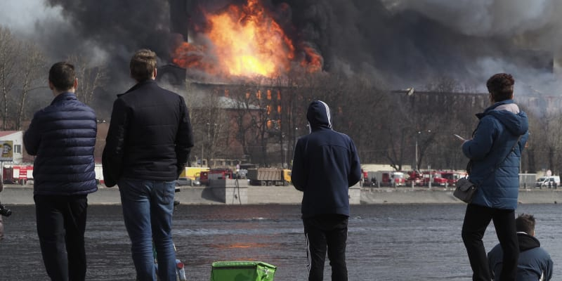 Z rozlehlého areálu byly evakuovány desítky lidí.