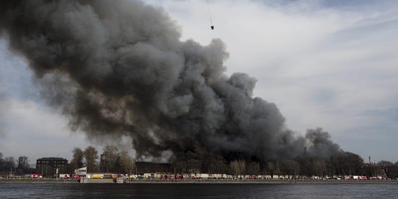 Při požáru přišel o život jeden z hasičů, další dva skončili s vážnými zraněními na jednotce intenzivní péče.