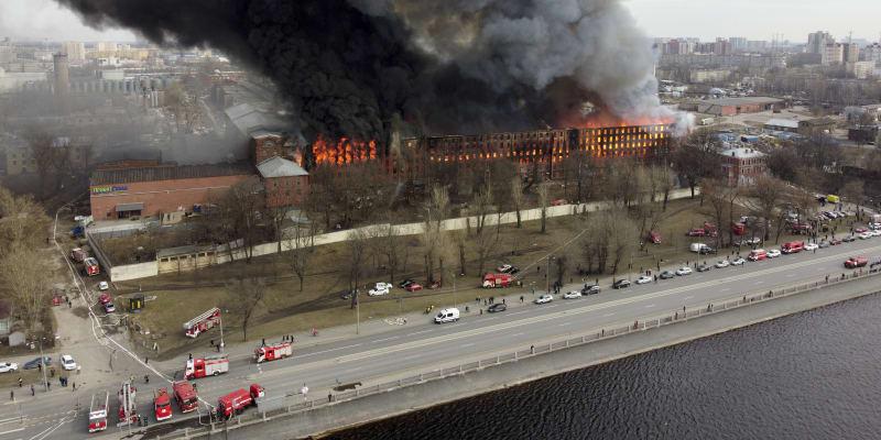 Někdejší textilní továrnu, kde se v současné době nacházely kanceláře, zachvátily plameny v pondělí.