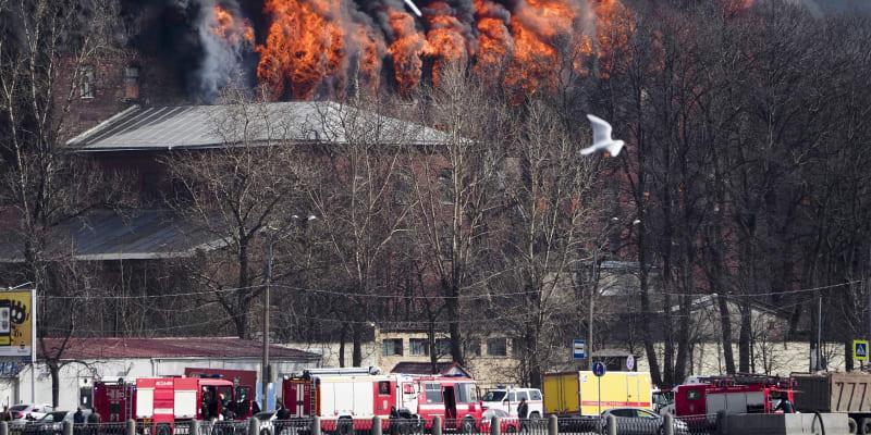 V ruských médiích se objevily dosud nepotvrzené informace, že oheň mohl být založen úmyslně.