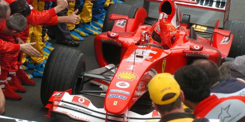 Michael Schumacher slaví vítězství ve Velké ceně Austrálie v roce 2004. Jeho Ferrari tehdy obnášelo výrazný nápis Marlboro.