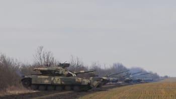 Jako při okupaci Československa: Rusové na tanky zase malují bílé pruhy