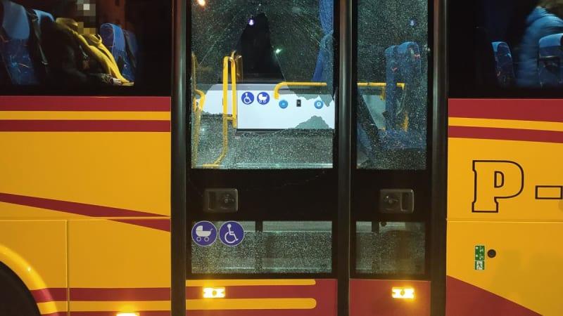 Na autobus s cestujícími na Náchodsku nejspíš někdo střílel. Policie žádá svědky o pomoc
