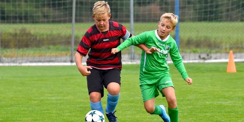 Mladý fotbalista Otavy Katovice (vlevo) v souboji při podzimním zápase.