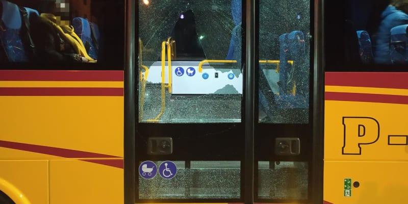 Poškozené dveře autobusu v Hronově