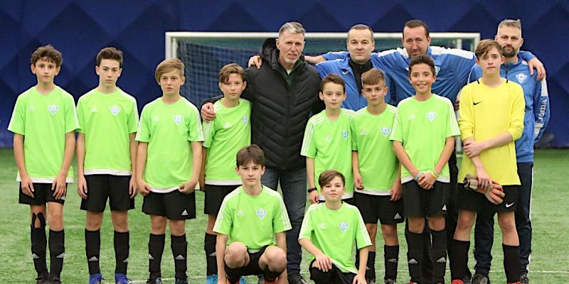 Mladí fotbalisté FK Radošovice a jejich trenéři se setkali na turnaji i s koučem české reprezentace Jaroslavem Šilhavým (uprostřed).