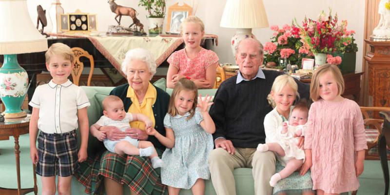Královská rodina na společné fotografii se sedmi pravnoučaty. Vlevo stojí pravnuk princ George, vedle královny sedí princezna Charlotte. Královna drží prince Louise.