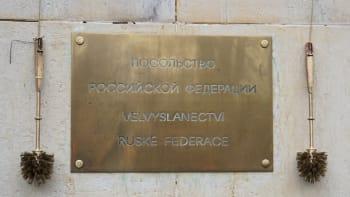 Reakce za Vrbětice. Sedm lidí v noci potřísnilo zeď ruského velvyslanectví kečupem