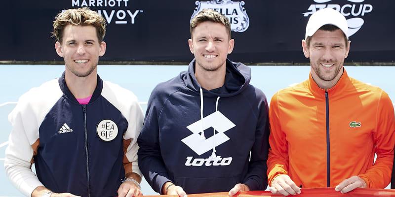 Dominic Thiem (vlevo) a Jürgen Melzer (vpravo) se sešli v roce 2020 v rakouském daviscupovém týmu. Mezi nimi Dennis Novak.