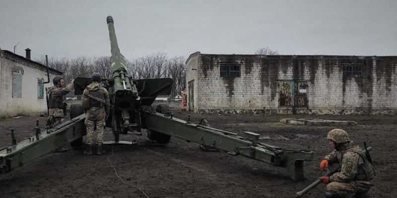 Ukrajinští vojáci na frontě bojují s proruskými separatisty.