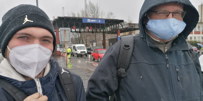 Martin Laurinec (vpravo) po ranní šichtě. Podle něho je huť podobně  vytunelovaná jako OKD.