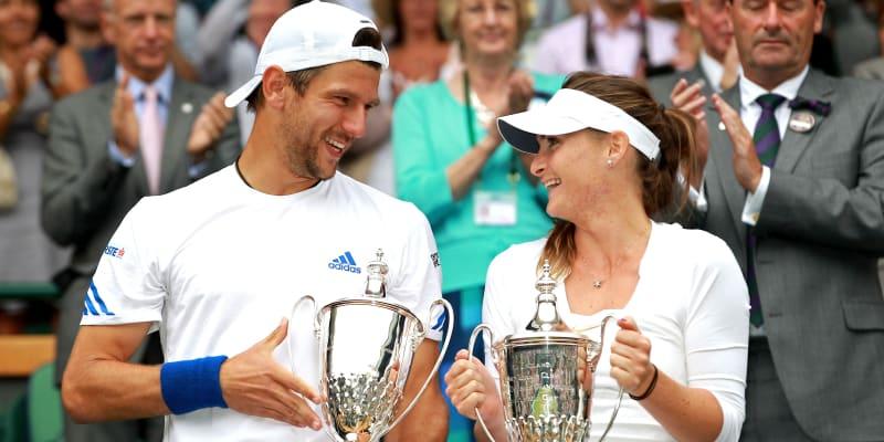 Iveta Benešová a Jürgen Melzer se radují po vítězství ve Wimbledonu 2011.