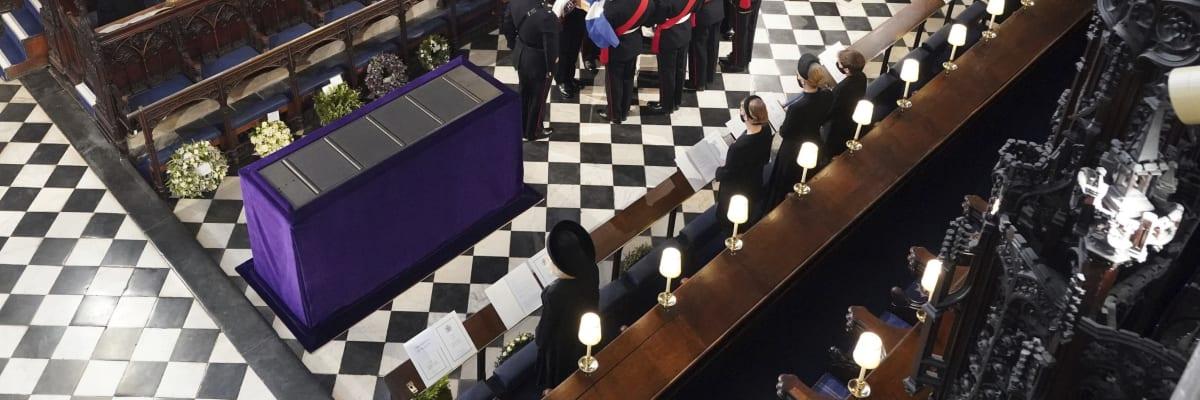 Přímý přenos: Pohřeb prince Philipa skončil. Královna Alžběta se neubránila slzám